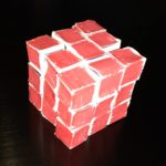 Un cubo, colorato di rosso, affettato in modo da formare 27 cubetti