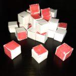 I ventisette cubetti vengono sparsi sul piano del tavolo. su cui era appoggiato il cubo...