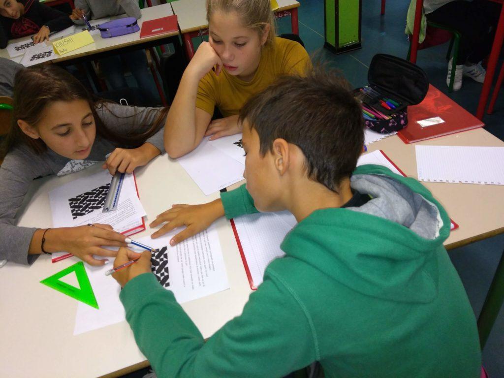 Un gruppo di alunni di una classe prima della scuola secondaria di primo grado lavora su un problema relativo ad una piastrellatura del piano