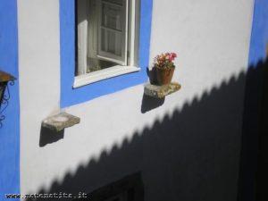 Sul muro di una casa di Obidos (Portogallo), l'ombra del cornicione della casa accanto costituisce un esempio di fregio.