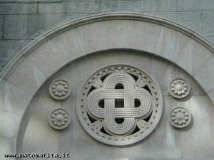 A Trieste, sulla facciata della sinagoga, la rappresentazione di un nodo formato da due componenti doppiamente allacciate (nodo di Salomone)