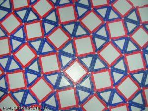 Una tassellazione uniforme di tipo (3,3,4,3,4), cioè con un quadrato, due triangoli equilateri, un quadrato, un triangolo equilatero intorno a ogni vertice. Con quadrati e triangoli equilateri esiste anche un'altra tassellazione uniforme.