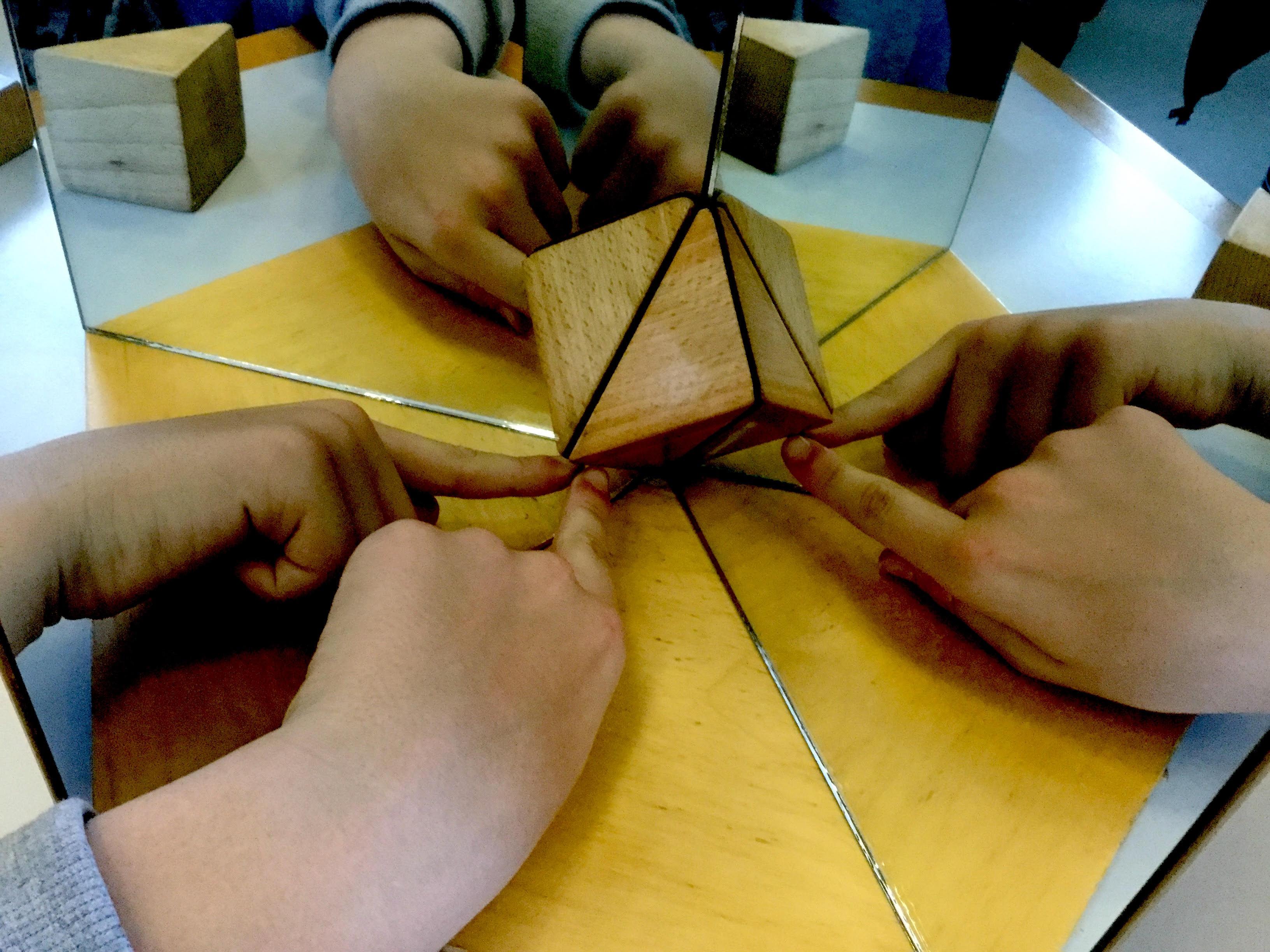 La simmetria del cubo scoperta attraverso l'uso di un caleidoscopio 3d