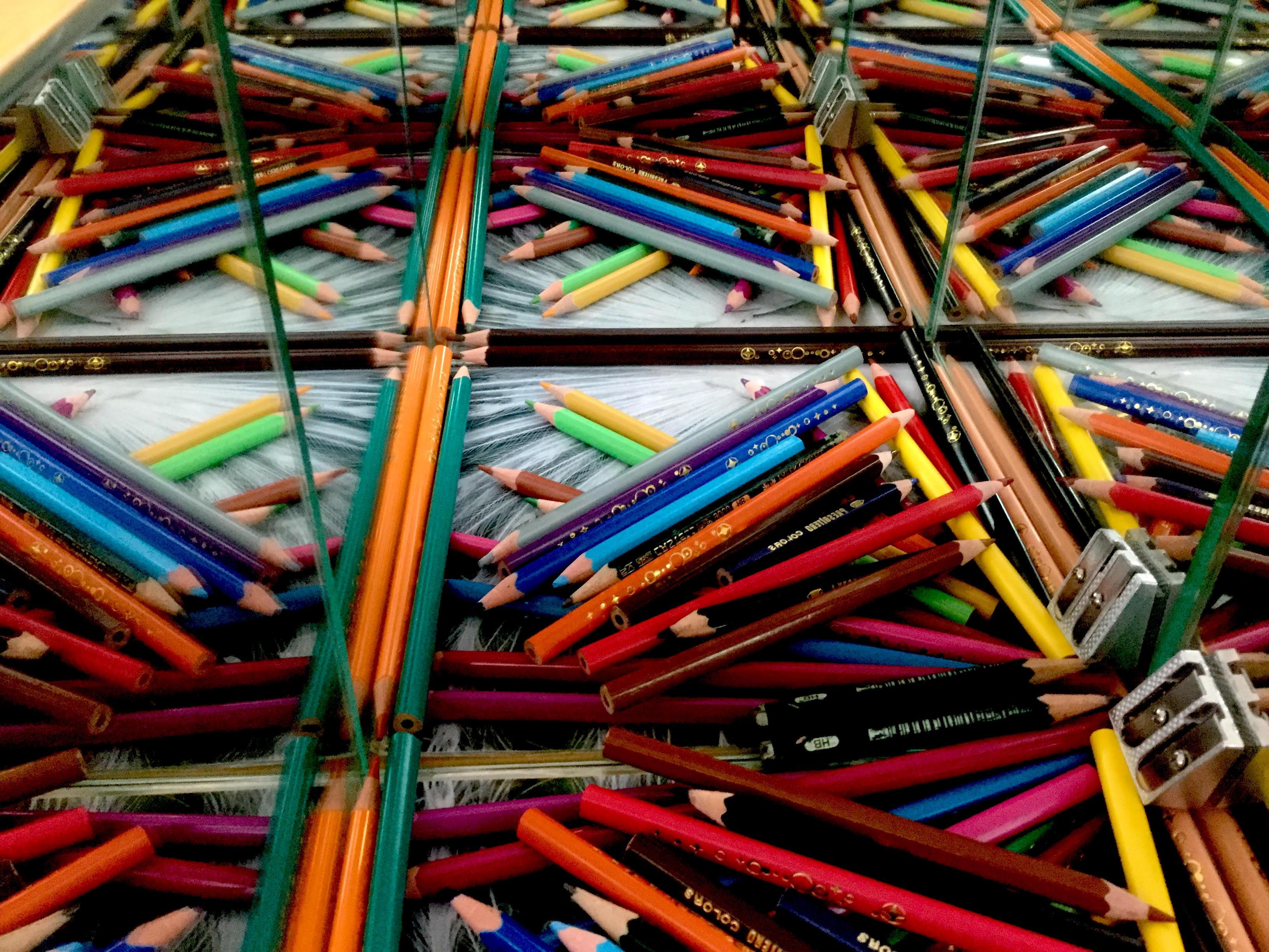 Problemi di matematica - effetto di quattro specchi a due a due ortogonali, su tante matite roveciate al loro interno