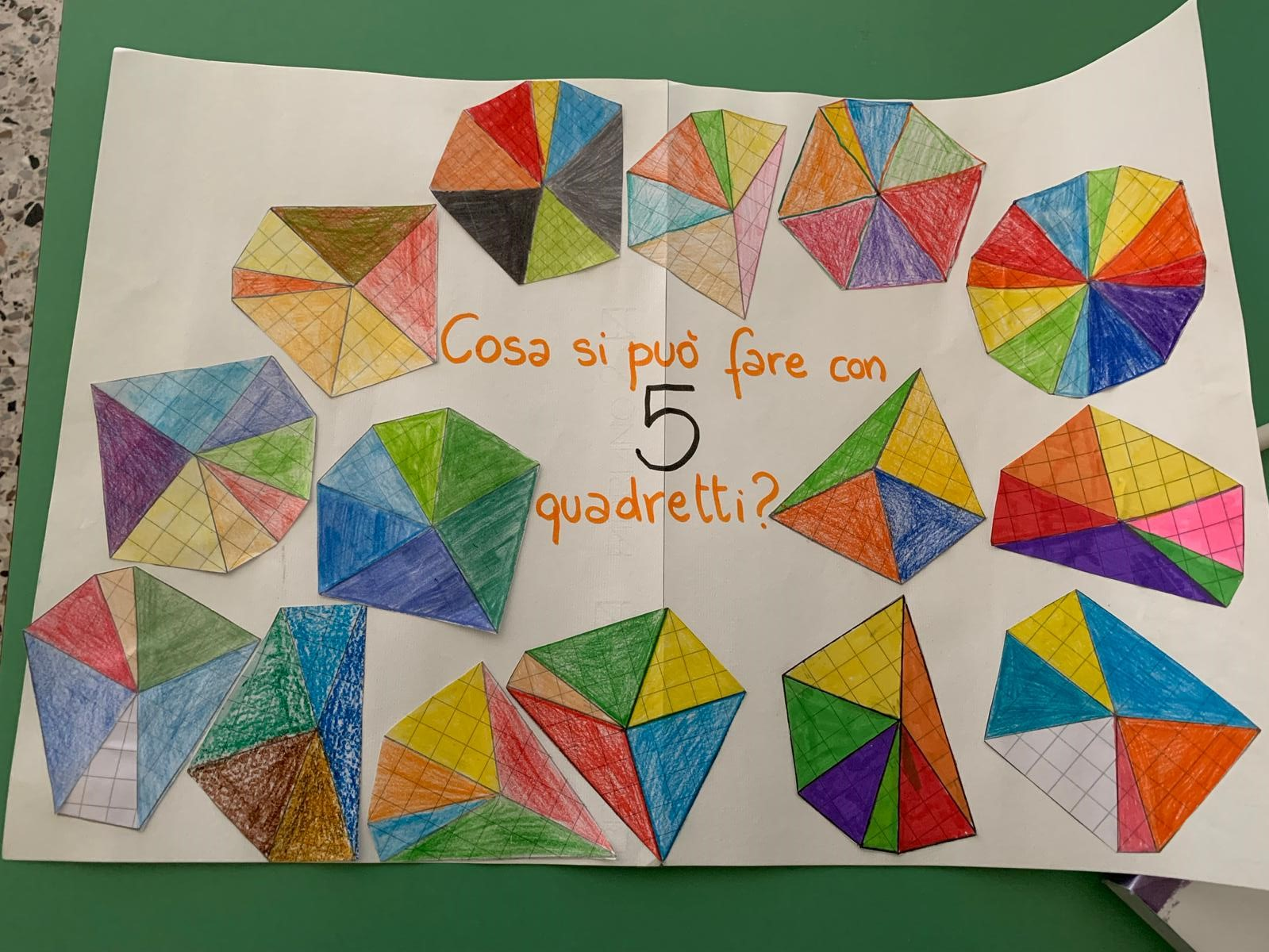 Decorazioni ottenute accostando triangoli isosceli con i lati uguali di 5 quadretti, disegnati su carta quadrettata