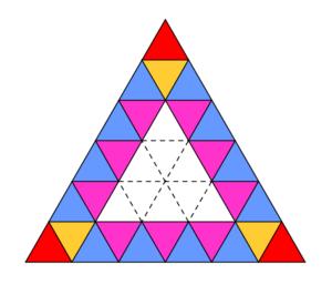 Un triangolo diviso in 36 triangolini colorati, per illustrare come fare a contare quanti siano ad avere un lato sul bordo del triangolo.