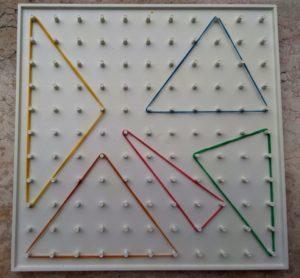 Geopiano sul quale sono stati costruiti alcuni triangoli isosceli, diversi tra loro, ma tutti con i lati uguali lunghi 5 unità.
