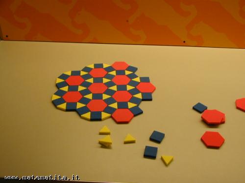 La costruzione di una tassellazione uniforme (3,4,6,4) con delle mattonelle di gomma crepla.