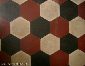 La pavimentazione di una cucina, con mattonelle a forma di esagoni regolari, tre in ogni vertice. Il mondo degli angoli e dei poligoni incontra quello delle frazioni, grazie a un ponte tra aritmetica e geometria.
