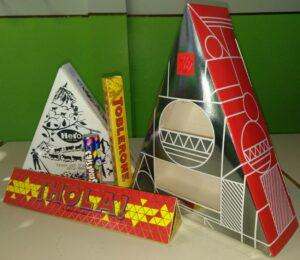 Scatole di cartone che costituiscono modellini di poliedri