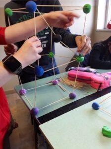 Modelli di poliedri costruiti con stecchini di legno e pasta da modellare
