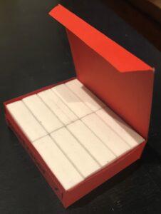 Una scatola di dimensioni 7,2 cm x 5,7 cm x 1,9 cm riesce a contenere 10 gomme di dimensioni 3,5 cm x 1,8 cm x 1,1 cm (fotografia).
